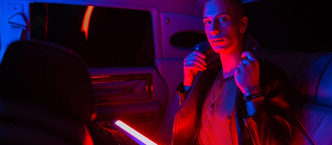 Marko Cuccurin u autu sa neon svjetlom